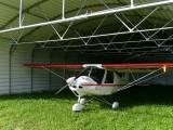 Hangar pour petit avion (type Cessna à voilure haute) sous structure haute renforcée Pretamo